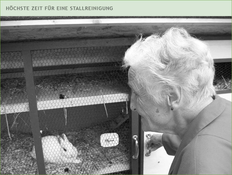 Oma reinigt einen Stall, denn es ist höchste Zeit